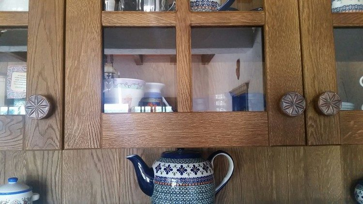 Gałki kuchenne wykonane z miedzi na szafkach