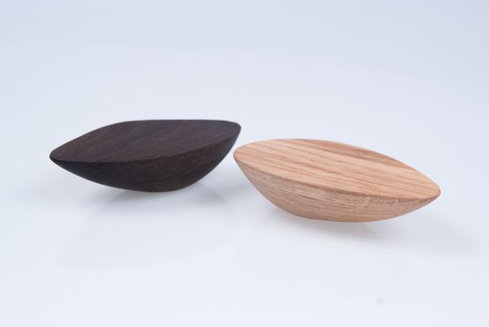 Uchwyty do mebli, z pięknego drewna. Ksztalt inspirowany kamieniami wyszlifowanymi przez wodę...