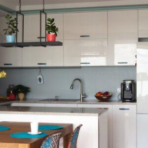 kuchnia w apartamentowcu – uchwyty szklane
