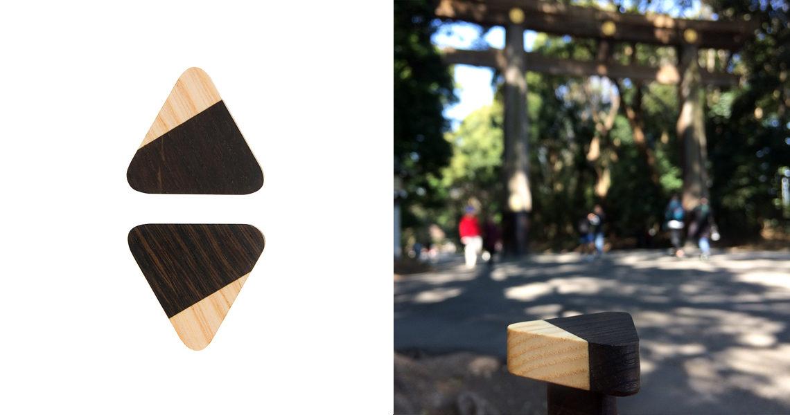 Trójkątna gałka z kolekcji JUST TWO na tle słynnej bramy  torii w chramie Meiji Jingū