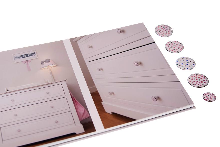 Gałki dziecięce na komodzie- biało-różowa emalia na drewnie