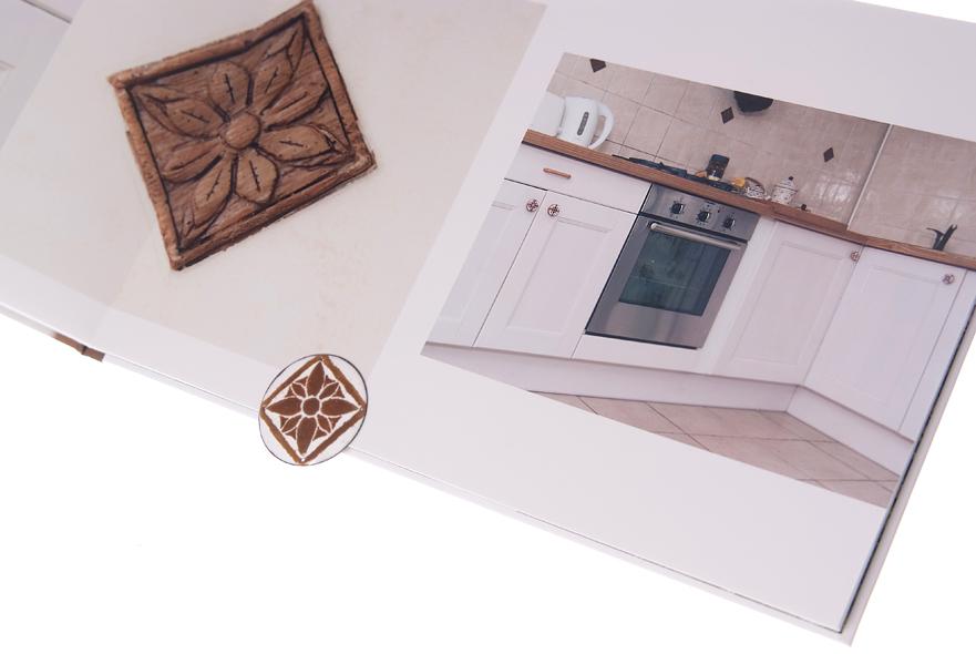 Gałki meblowe dopasowane do kafli na ścianie kuchni