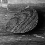 Czarno-białe zdjęcie uchwytu do mebli PEBBLE | DOT manufacture