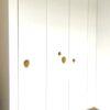 Garderoba z dekoracyjną kompozycją z uchwytów dębowych STONE i PEBBLE