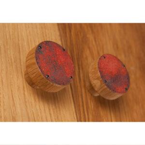 Gałka meblowa STRUCTURE miedziana - na dębowych drzwiczkach szafy | DOT manufacture