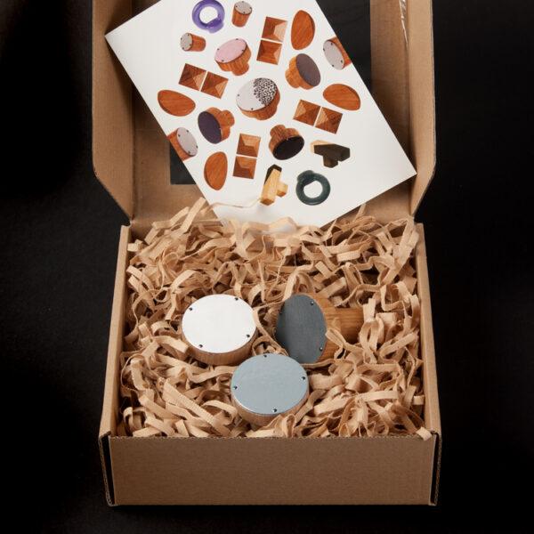 Trzy wieszaki emaliowane SIMPLE (biały, jasny szary i ciemny szary), przygotowane na prezent | DOT manufacture