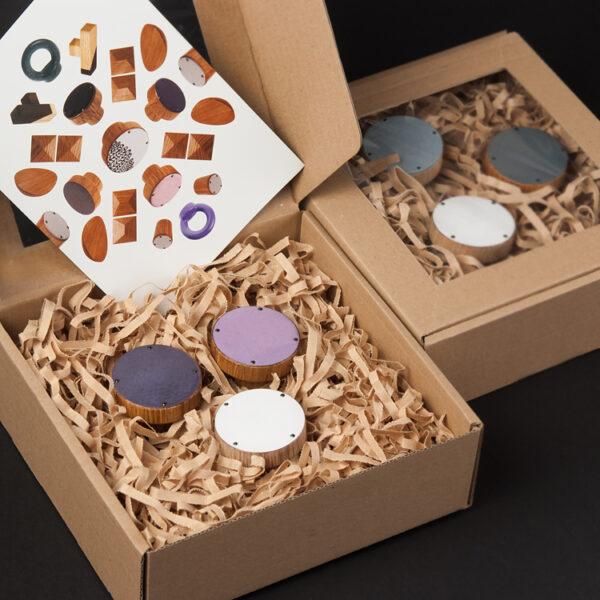 3 emaliowane wieszaki SIMPLE ułożone w pudełku prezentowym - można wybrać kolor emalii, drewna i gwoździ | DOT manufacture