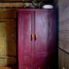 Uchwyty meblowe na starej szafie