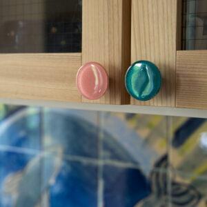 Kolorowe szklane gałki do mebli by DOT Manufacture