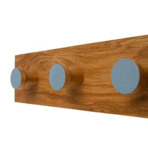 Drewniany wieszak do przedpokoju, szary, średnice haczyków 4 cm.