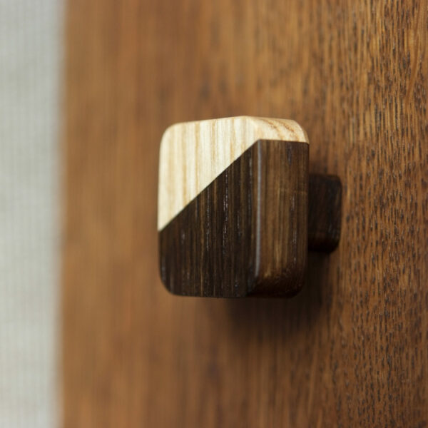 Kwadratowa gałka meblowa JUST TWO o niższej nóżce - DOT Manufacture