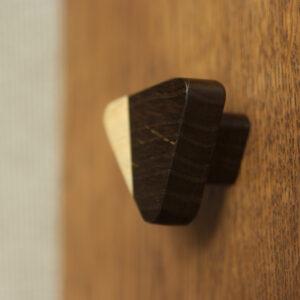 Trójkątna gałka do mebli z kolekcji JUST TWO - na niższej nóżce - DOT Manufacture