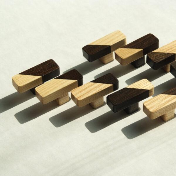 Prostokątne gałki JUST TWO na niższych nóżkach - wykonane z jesionu i dębu wędzonego - DOT Manufacture