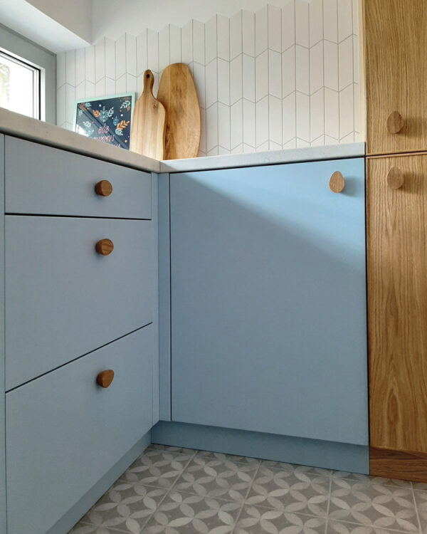 Dębowe uchwyty do mebli Mini Pebble - kuchnia z błękitem